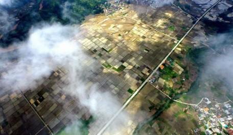 (150729) -- WUXUAN, July 29, 2015 (Xinhua) -- Photo taken on July 29, 2015 shows a bird's-eye view of farmland after a rain in Tongwan Township of Wuxuan County, southwest China's Guangxi Zhuang Autonomous Region.  (Xinhua/Huang Xiaobang)(mcg)