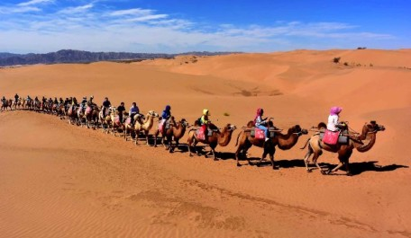 (151007) -- BEIJING , Oct. 7, 2015 (Xinhua) --  Photo taken on Sept. 12, 2015 shows people visiting the Shapotou scenic spot in northwest China's Ningxia Hui Autonomous Region. Desert Tourism in northwest China attracts a large number of tourists from home and abroad.(Xinhua/Wang Song) (zwx)