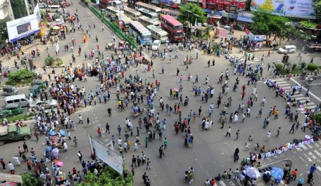 (151007) -- DHAKA, Oct. 7, 2015 (Xinhua) -- Students stage a demonstration demanding retake of medical and dental college admission test in Dhaka, Bangladesh, Oct. 7, 2015. Alleging widespread question leak, hundreds of admission seekers have been demonstrating since Sept. 19, a day after the medical admission tests were held. (Xinhua/Shariful Islam) (zjy)