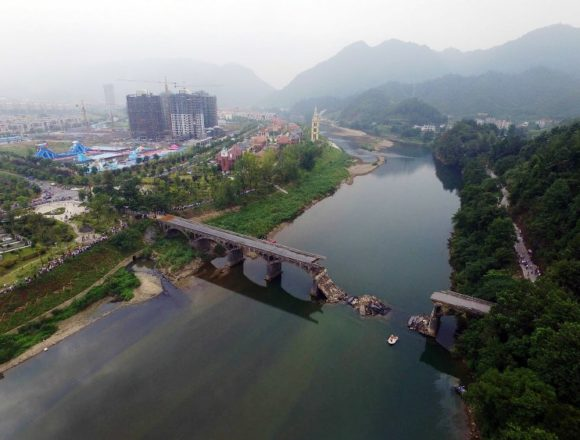 (160822) -- XIUSHUI, Aug. 22, 2016 (Xinhua) -- Photo taken on Aug. 22, 2016 shows the accident site after a bridge collapsed in Xiushui County, east China's Jiangxi Province. An electric motorcycle and a minibus fell into the river after the bridge collapsed Sunday evening, killing three and injuring another two. (Xinhua/Zhou Mi) (ry)